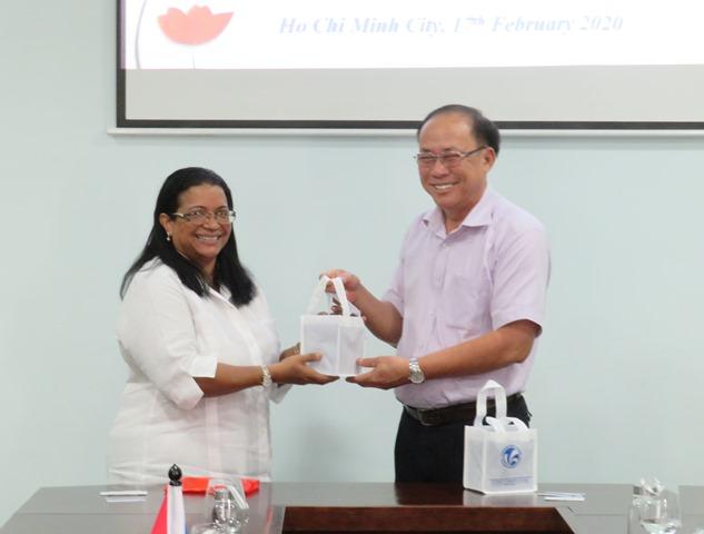 Bà Indira Lopez Arguelles, Tổng Lãnh sự quán nước Cộng hòa Cuba gặp gỡ và làm việc với đại diện Ban Giám hiệu Trường Đại học Văn hóa TP. Hồ Chí Minh
