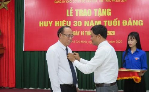 Lễ trao tặng Huy hiệu 30 năm tuổi Đảng cho PGS,TS Nguyễn Thế Dũng, Ủy viên Ban Thường vụ Đảng ủy khối, Bí thư Đảng ủy, Hiệu trưởng Trường Đại học Văn hóa TP. Hồ Chí Minh.