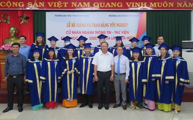Lễ bế giảng và trao bằng tốt nghiệp cử nhân ngành Thông tin - Thư viện khóa 2017-2020 hệ vừa làm vừa học.