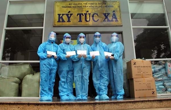 Trao tặng vật dụng y tế tại Khu cách ly Ký túc xá Trường ĐH Văn hóa TP.HCM